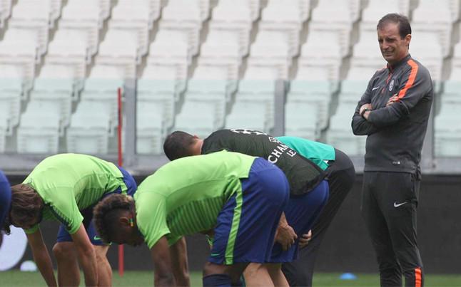massimiliano-allegri-observa-sus-jugadores-durante-sesion-entrenamiento-juventus-1433154806244